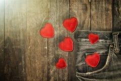 Coeur rouge dans la poche de jeans Photo libre de droits