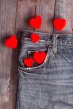 Coeur rouge dans la poche de jeans Image stock