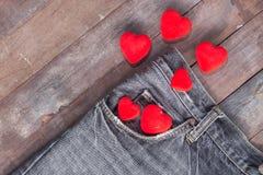 Coeur rouge dans la poche de jeans Photographie stock