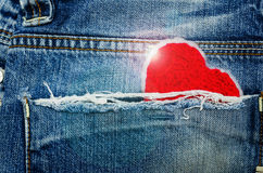 Coeur rouge dans la poche de treillis Image stock