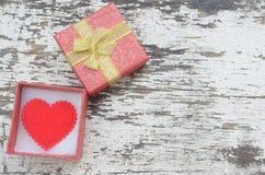 Coeur rouge dans le boîte-cadeau sur le fond en bois dans le style de vintage Images libres de droits