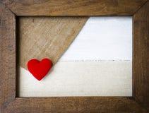 Coeur rouge dans le cadre en bois Photos libres de droits