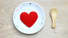 Coeur rouge dans le plat Images libres de droits