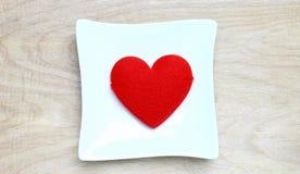 Coeur rouge dans le plat Image libre de droits