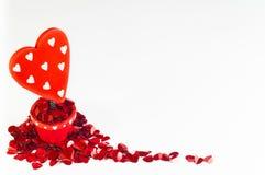 Coeur rouge dans le pot de fleur entouré par de petits coeurs Photographie stock libre de droits
