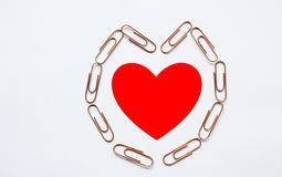 Coeur rouge dans le trombone de forme de coeur Image libre de droits