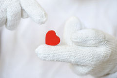 Coeur rouge dans les gants blancs Image stock