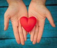 Coeur rouge dans les mains Photos libres de droits