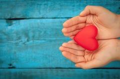 Coeur rouge dans les mains Images libres de droits