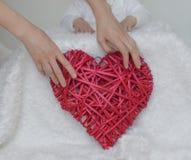 Coeur rouge dans les mains de la mère Photo libre de droits