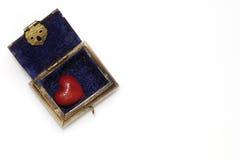 Coeur rouge dans un petit coffre Image stock
