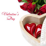 Coeur rouge dans une boîte en bois et des roses, d'isolement Photos libres de droits