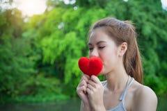 Coeur rouge de baiser de jeune belle fille de portrait Esprit modèle de femme Photo stock