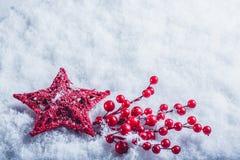 Coeur rouge de beau vintage avec des baies de gui sur un fond blanc de neige Noël, amour et concept de jour de valentines de St Photographie stock libre de droits