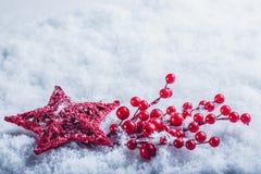 Coeur rouge de beau vintage avec des baies de gui sur un fond blanc de neige Noël, amour et concept de jour de valentines de St Photographie stock