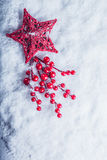 Coeur rouge de beau vintage avec des baies de gui sur un fond blanc de neige Noël, amour et concept de jour de valentines de St Images stock