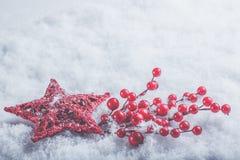 Coeur rouge de beau vintage romantique avec des baies de gui sur une neige blanche Noël, amour et concept de jour de valentines d Photographie stock