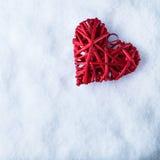 Coeur rouge de beau vintage romantique sur un fond blanc d'hiver de neige Amour et concept de jour de valentines de St Photo libre de droits