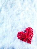 Coeur rouge de beau vintage romantique sur un fond blanc d'hiver de neige Amour et concept de jour de valentines de St Images stock