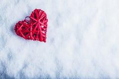 Coeur rouge de beau vintage romantique sur un fond blanc de neige Amour et concept de jour de valentines de St Photo libre de droits