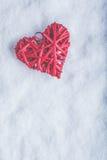 Coeur rouge de beau vintage romantique sur un fond blanc de neige Amour et concept de jour de valentines de St Photos libres de droits