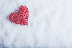 Coeur rouge de beau vintage romantique sur un fond blanc de neige Amour et concept de jour de valentines de St Images stock