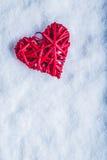 Coeur rouge de beau vintage romantique sur un fond blanc de neige Amour et concept de jour de valentines de St Photographie stock