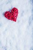 Coeur rouge de beau vintage romantique sur un fond blanc de neige Amour et concept de jour de valentines de St Photographie stock libre de droits