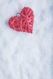 Coeur rouge de beau vintage romantique sur un fond blanc de neige Amour et concept de jour de valentines de St Image stock