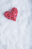Coeur rouge de beau vintage romantique sur un fond blanc de neige Amour et concept de jour de valentines de St Photos stock