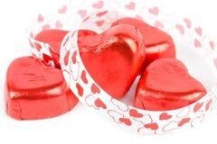 Coeur rouge de bonbons au chocolat avec le ruban Photographie stock libre de droits