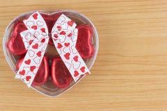 Coeur rouge de bonbons au chocolat dans le boîte-cadeau avec le ruban Photos libres de droits
