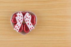 Coeur rouge de bonbons au chocolat dans le boîte-cadeau avec le ruban Photographie stock libre de droits