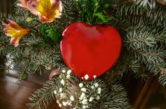Coeur rouge de boîte dans le bouquet des branches et des fleurs de pin Image libre de droits