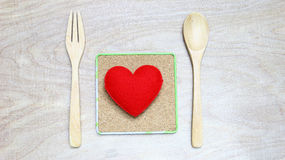 Coeur rouge de concept d'amour avec le fond en bois Photo libre de droits