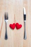 Coeur rouge de couples avec la cuillère et fourchette sur le Tableau en bois Image libre de droits