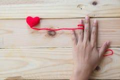 Coeur rouge de crochet fait main sur le fond en bois Images libres de droits