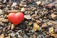Coeur rouge de forme sur le fond de roche Photo stock