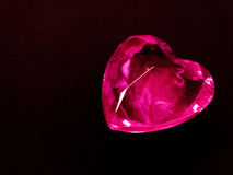Coeur rouge de gemme sur le concept noir d'amour de fond Photographie stock libre de droits