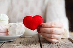 Coeur rouge de jouet d'offre de femme image stock