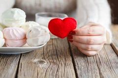 Coeur rouge de jouet d'offre de femme images stock
