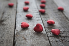 Coeur rouge de jour de valentines sur le fond en bois Photo libre de droits