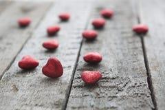 Coeur rouge de jour de valentines sur le fond en bois Image libre de droits