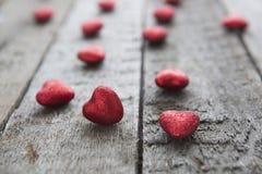 Coeur rouge de jour de valentines sur le fond en bois Images libres de droits