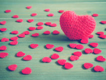 Coeur rouge de knit de crochet sur le fond en bois Image stock