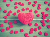 Coeur rouge de knit de crochet sur le fond en bois Photo libre de droits