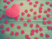Coeur rouge de knit de crochet sur le fond en bois Photo stock