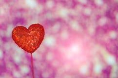 Coeur rouge de luxe sur le fond rose Jour de valentines heureux Confettis d'amour de scintillement Photographie stock
