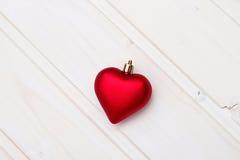 Coeur rouge de Noël sur un fond en bois Photo libre de droits