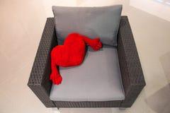 Coeur rouge de peluche sur un fauteuil Concept de jour du ` s de Valentine de saint Photo stock